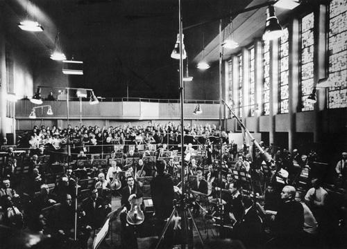 Das Berliner Philharmonische Orchester 1966 einer Plattenaufnahme in Dahlem