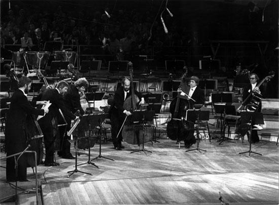 Mitglieder der Baßgruppe der Berliner Philharmoniker beim Konzert in der Philharmonie