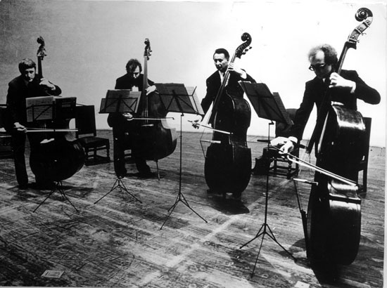 Das Kontrabassquartet der Berliner Philharmoniker bei einer Plattenaufnahme
