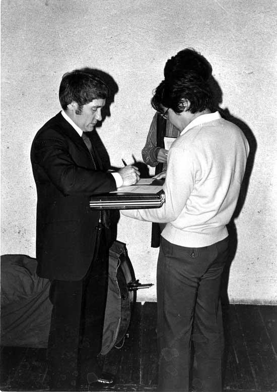 Friedrich Witt beim Autogramme verteilen